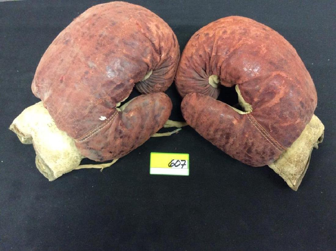 VINTAGE ANTIQUE LEATHER BOXING GLOVES. STILL IN GOOD