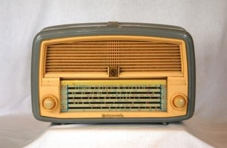 9: AEI Hotpoint Plastic Mantel Radio. Of 1955. Grey wit