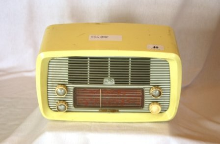 40: HMV Little Nipper Cream Plastic Mantel Radio - 2