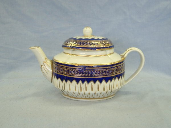 1006: Derby Teapot c.1780-1800. Cobalt & gilt border &