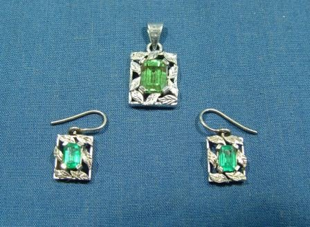 18: 18ct White Gold Pendant and Matching Earrings.  Ear