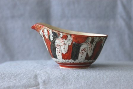1014: Early Japanese Satsuma Bowl with Spout. Figure de