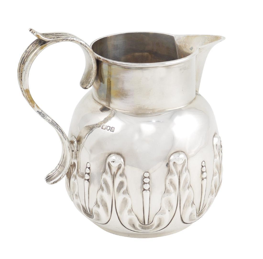 An English silver pitcher London, 1908 peso 875 gr.