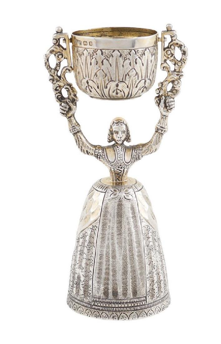 A silver cup London, early 20th century h. 13,5 cm.