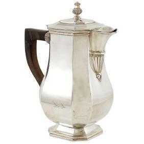 A silver coffeepot Paris, early 20th century peso 830