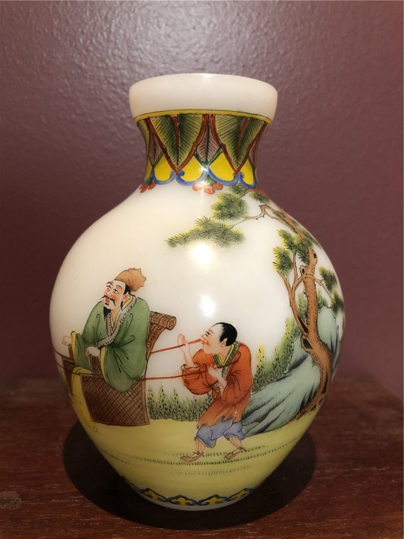 Chinese fine glass vase with painting