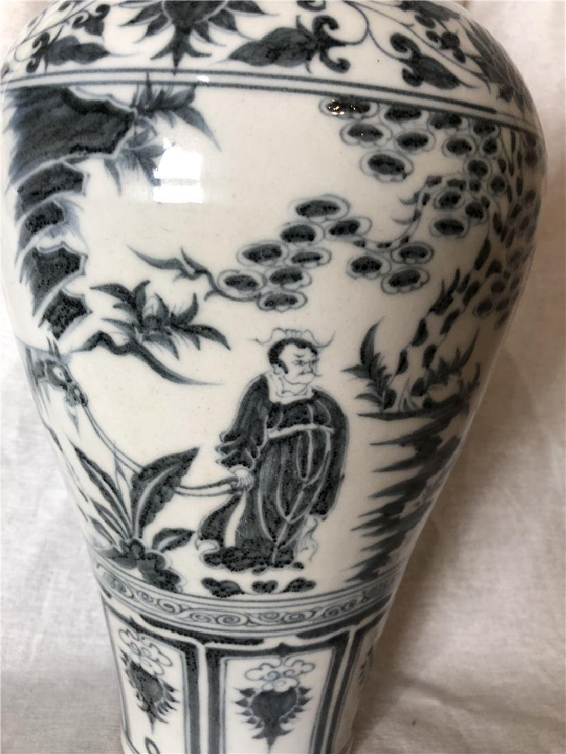 A fine Chinese blue and white vase - 2