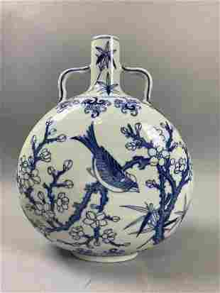 Chinese Qing Dynasty Qianlong blue and white vase