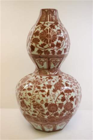 White and red gourd-shaped flower vase in the early