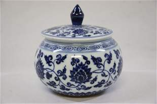 Early Ming Dynasty blue and white lid jar,