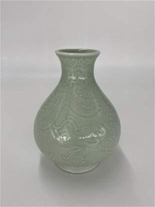 Qianlong Bean Celadon-glazed Dragon Vase