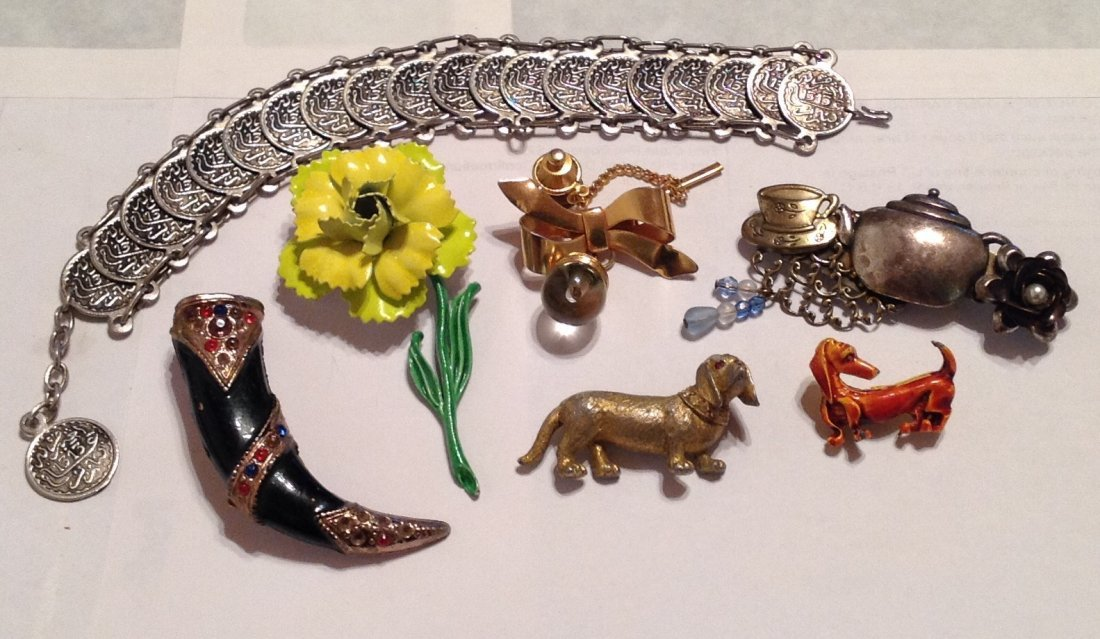 Estate vintage assorted jewelry. (T)
