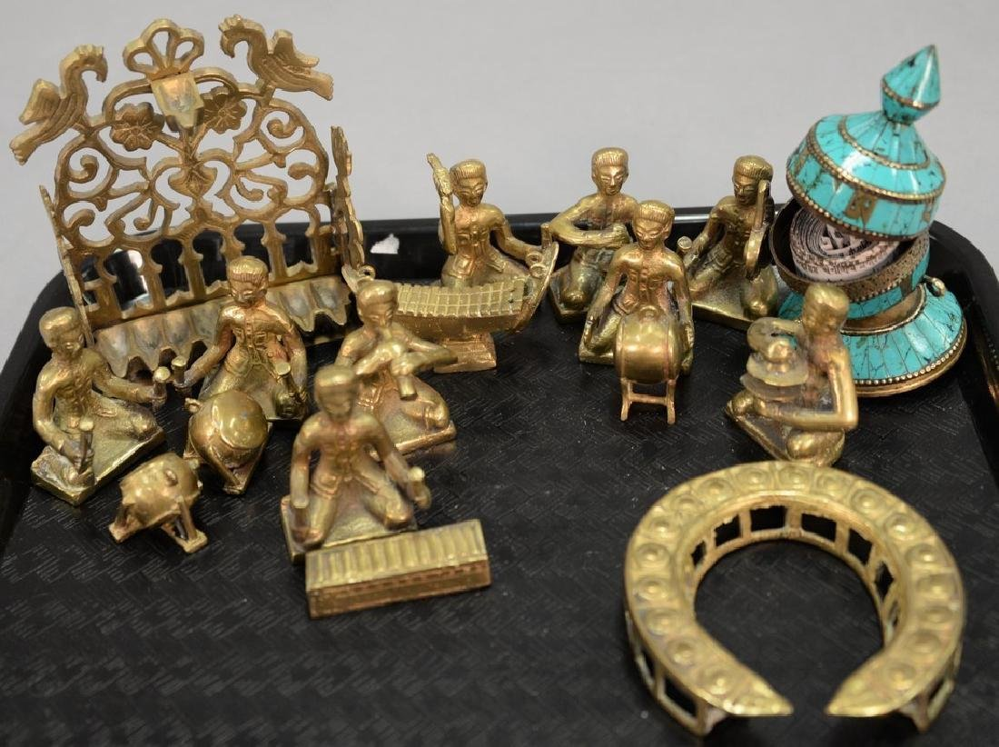 Tray lot to include a group of heavy cast brass figures