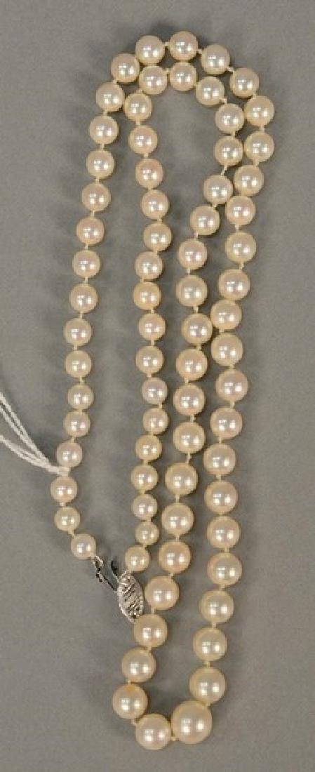 String of graduated pearls with white gold clasp, lg.