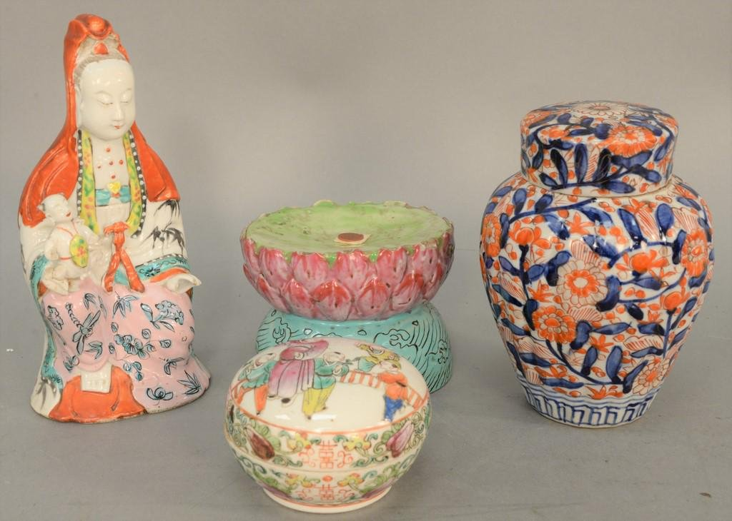 Group of four Chinese porcelain pieces, round porcelain