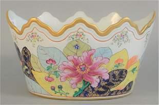 Chinese Tobacco Leaf Porcelain Pot having scalloped