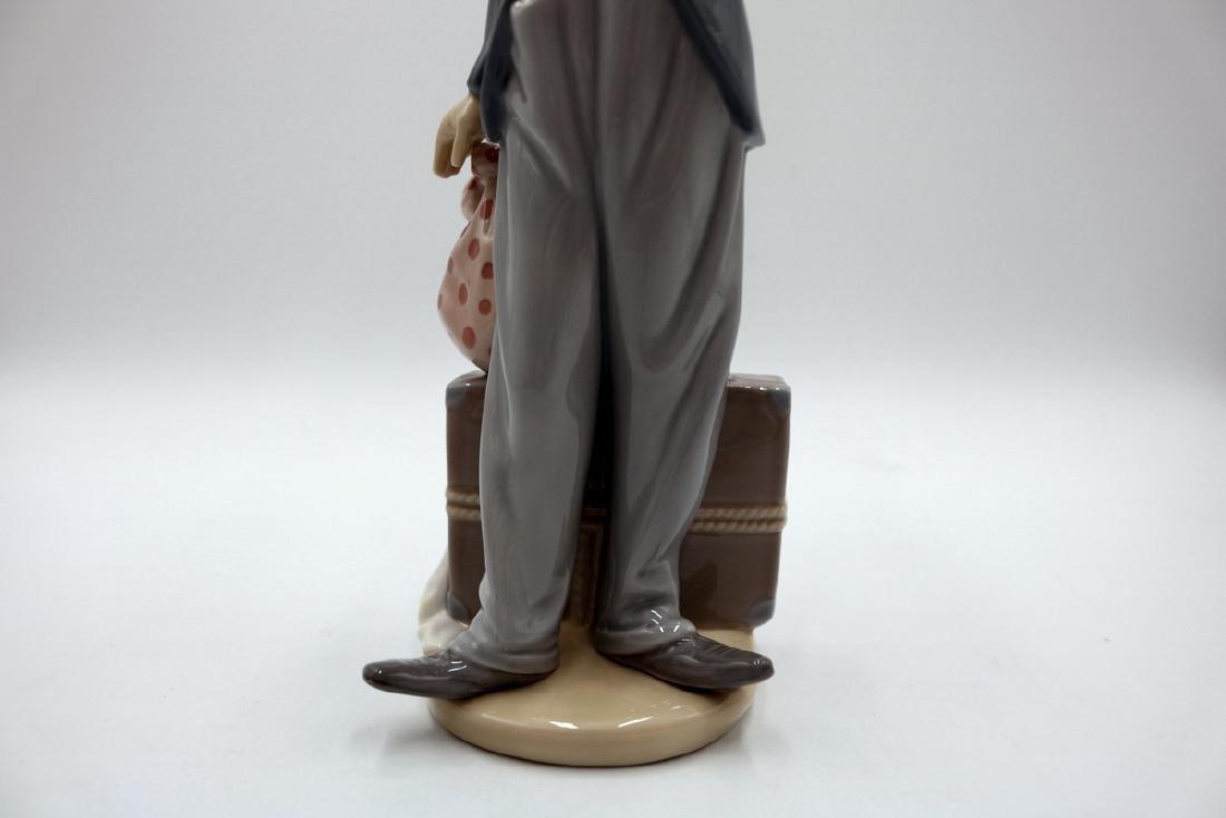 "Lladro ""Charlie the Tramp"" #5233 Porcelain Figure - 3"
