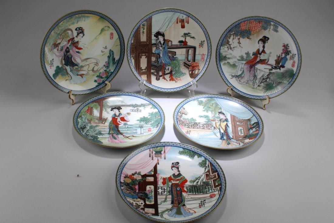 A Set of Six Round Decorative Plates - 2