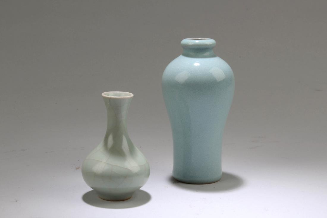 A Group of Two Chinese Porcelain Vases - 2