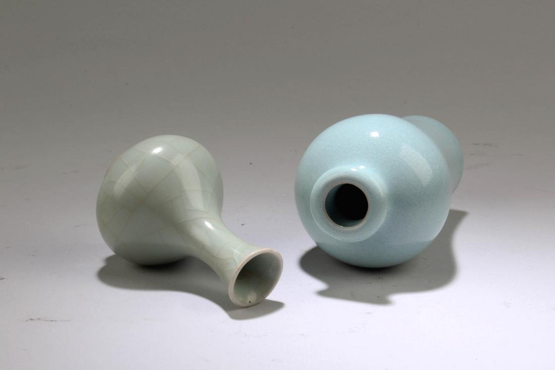 A Group of Two Chinese Porcelain Vases - 3