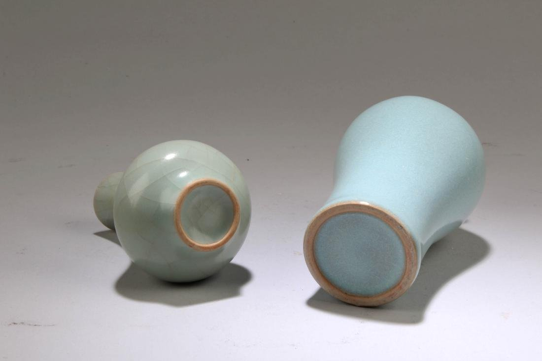 A Group of Two Chinese Porcelain Vases - 4