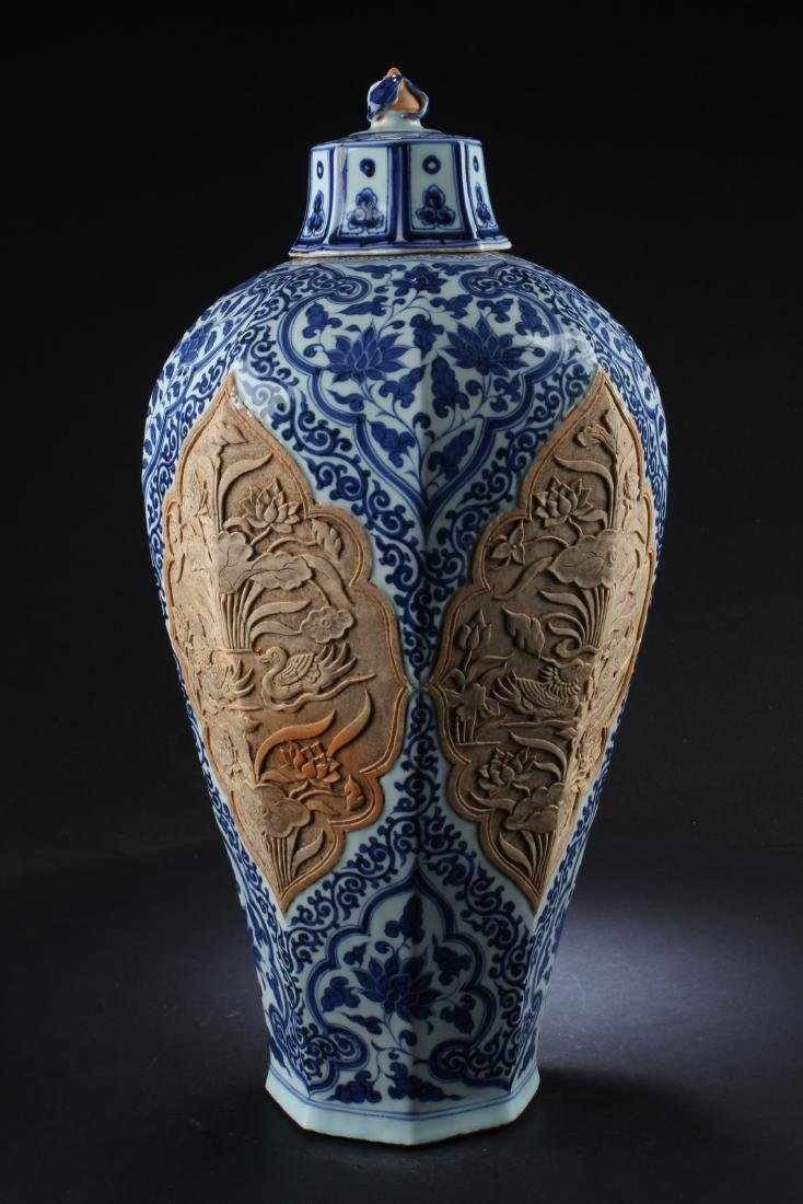 A Porcelain Vase with Lid Cover - 2