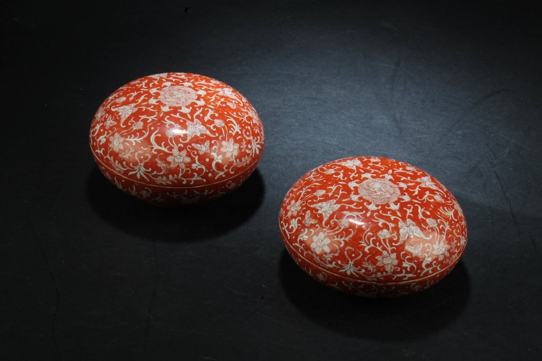 A Pair of Chinese Porcelain Round Containers - 2