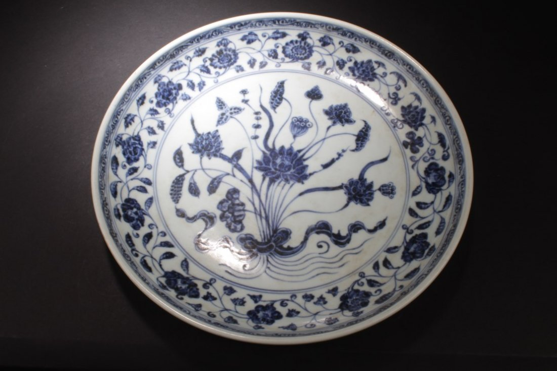 A Large Chinese Blue & White Porcelain Plate