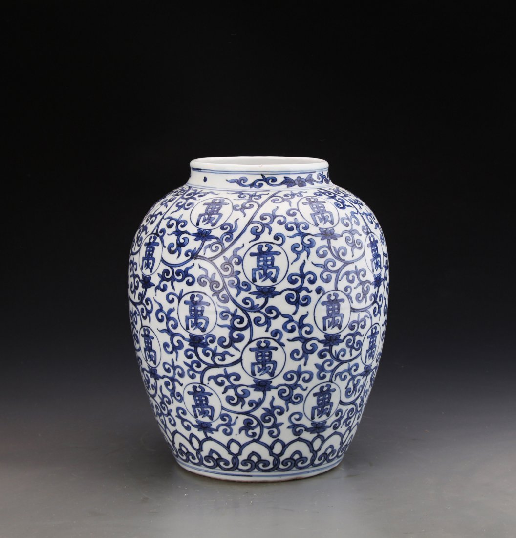 Chinese Blue and White jar Painted with Twine patterns