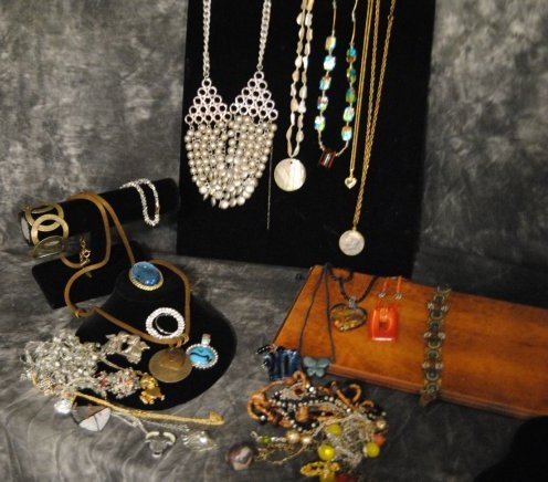 2LB ECLECTIC MULTI-TONED ASSORTED JEWELRY, 9K