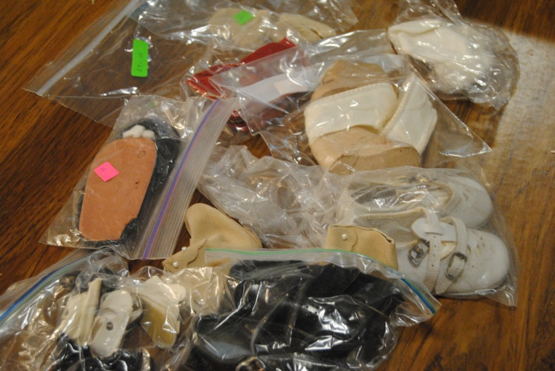 ASSORTED LOT OF ANTIQUE/VINTAGE DOLL SHOES