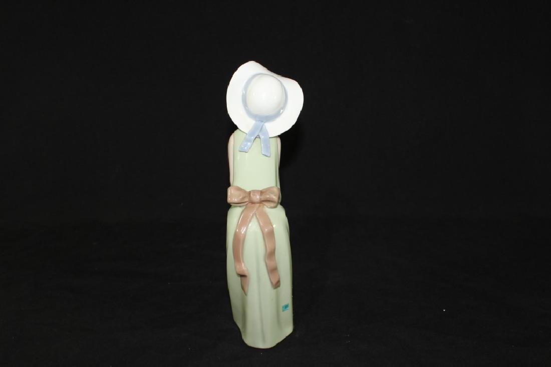 Lladro Curious Girl with Straw Hat 1978 - 3