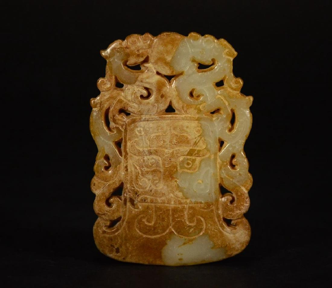 A CARVING JADE PENDANT
