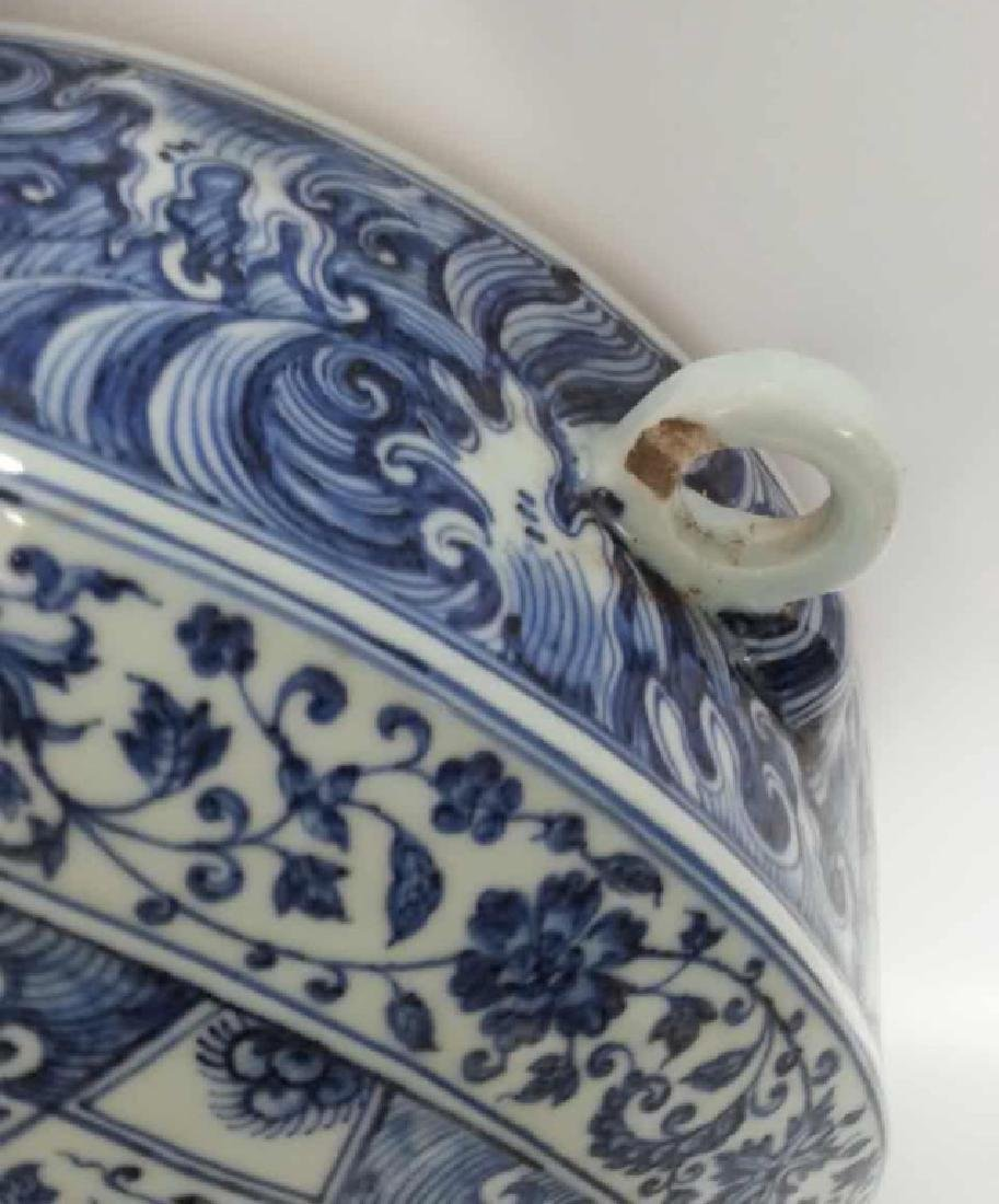 A BLUE AND WHITE FLAT VASE - 3