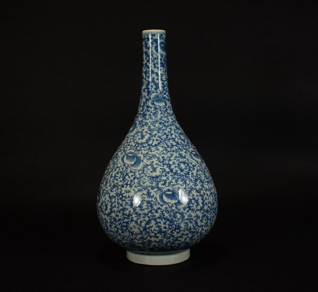 A BLUE AND WHITE FLORAL VASE