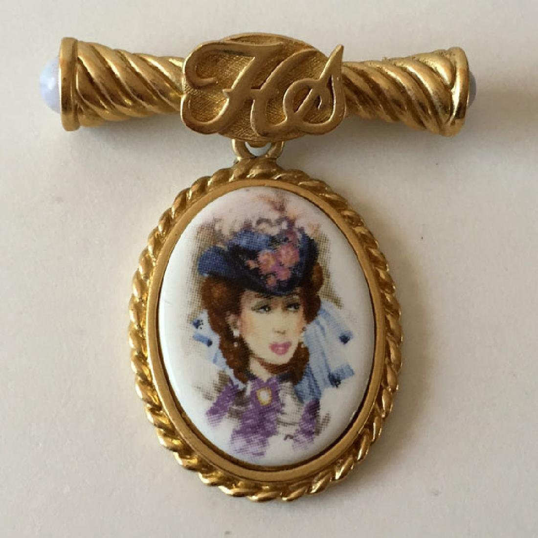 AVON: Vintage gold plated twisted medal shape brooch -