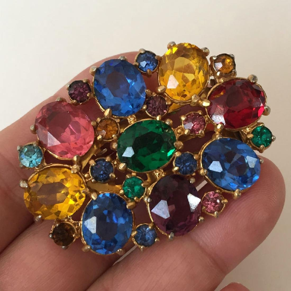 Vintage gold tone oval shape clip with multicolor oval