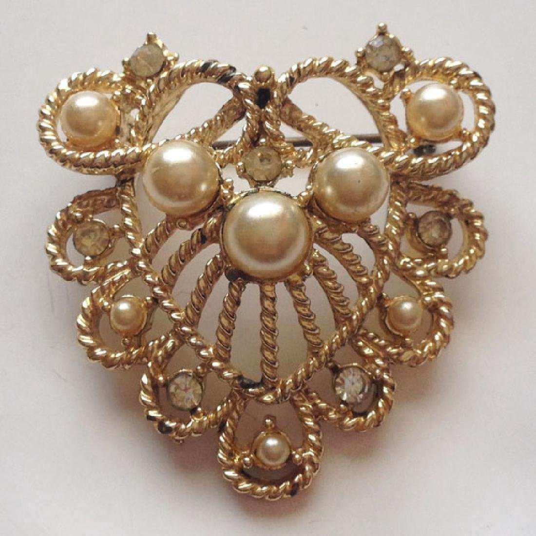 Vintage gold plated pin brooch with white faux pearl