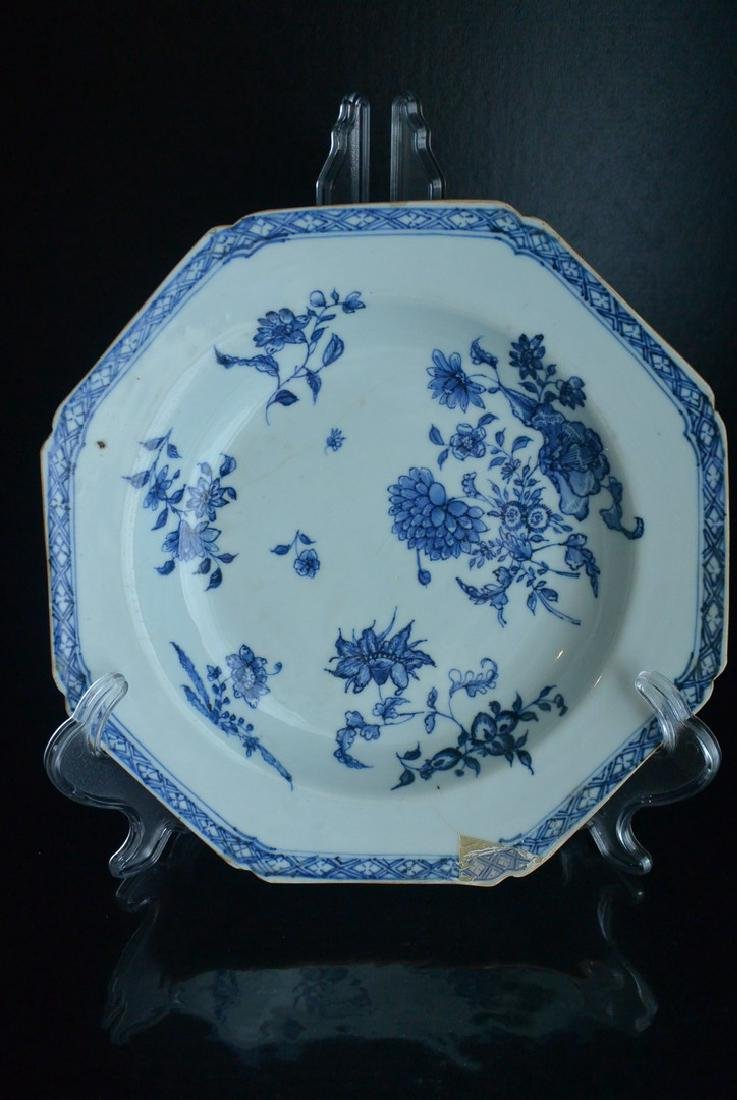 The Qing Dynasty Yongzheng blue and white floral patter