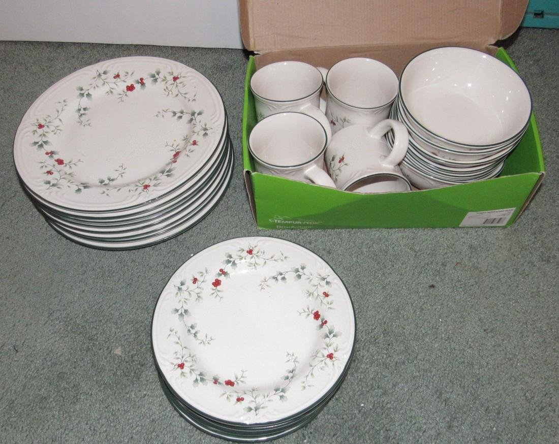 25 Pieces Pfaltzgraff Winterberry Dishes