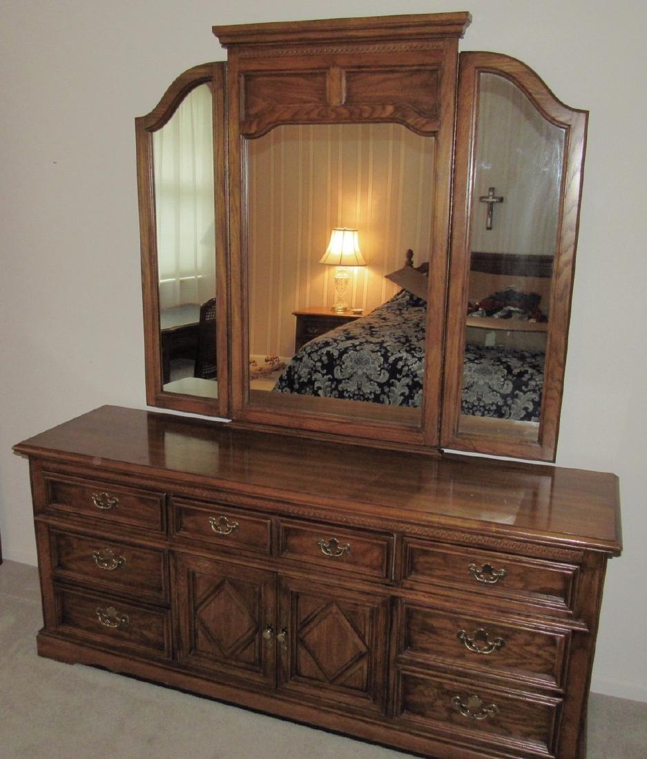 Bedroom Suit w/ Dressers Night Stands & Queen Bed