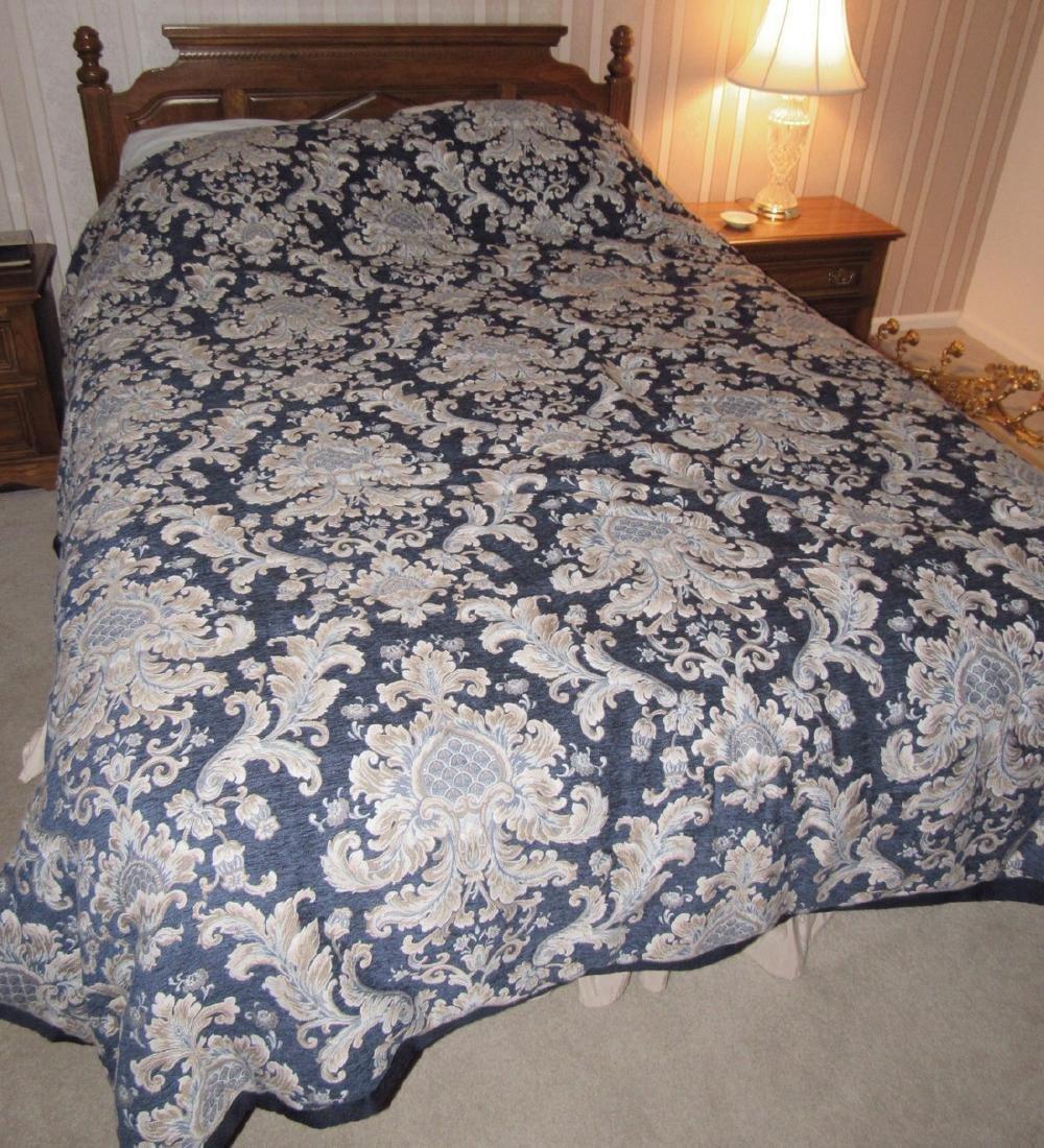Bedroom Suit w/ Dressers Night Stands & Queen Bed - 3