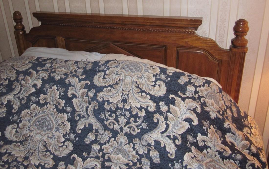Bedroom Suit w/ Dressers Night Stands & Queen Bed - 4