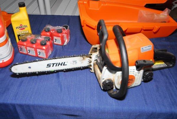 1700: Stihl 018C Chainsaw + Lubricant & Oil in Case - 2