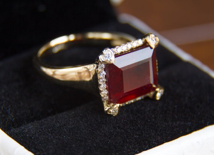 10 ct ruby gold ring with diamonds 0.36 ct.