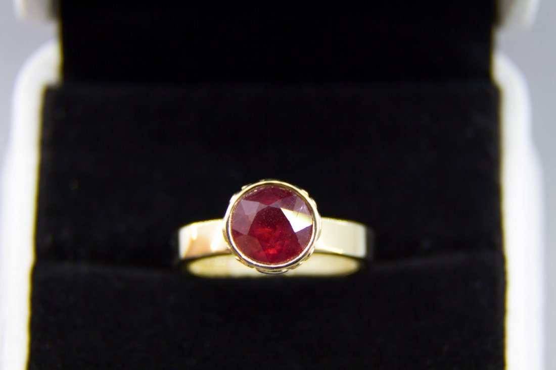 Gold ring with 3.37 ct natural ruby