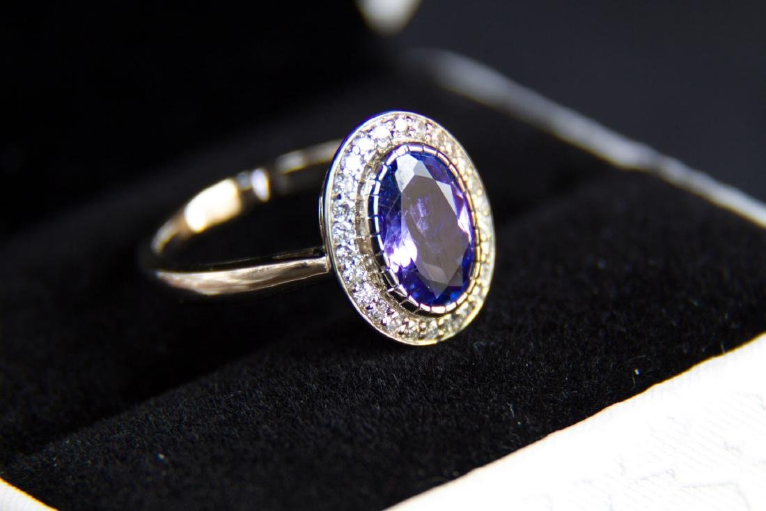 Gold ring with 1.77 ct natural tanzanite and diamonds