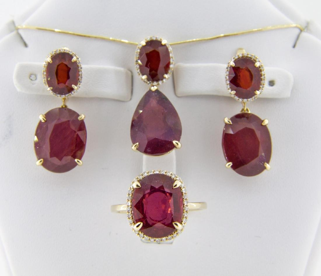 Jewellery set: ring, earrings and pendant with rubies