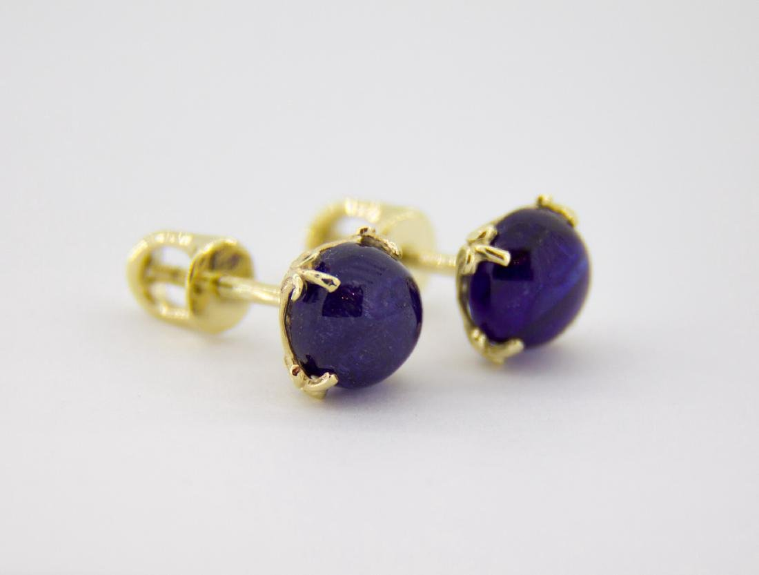 Gold earring with natural sapphires