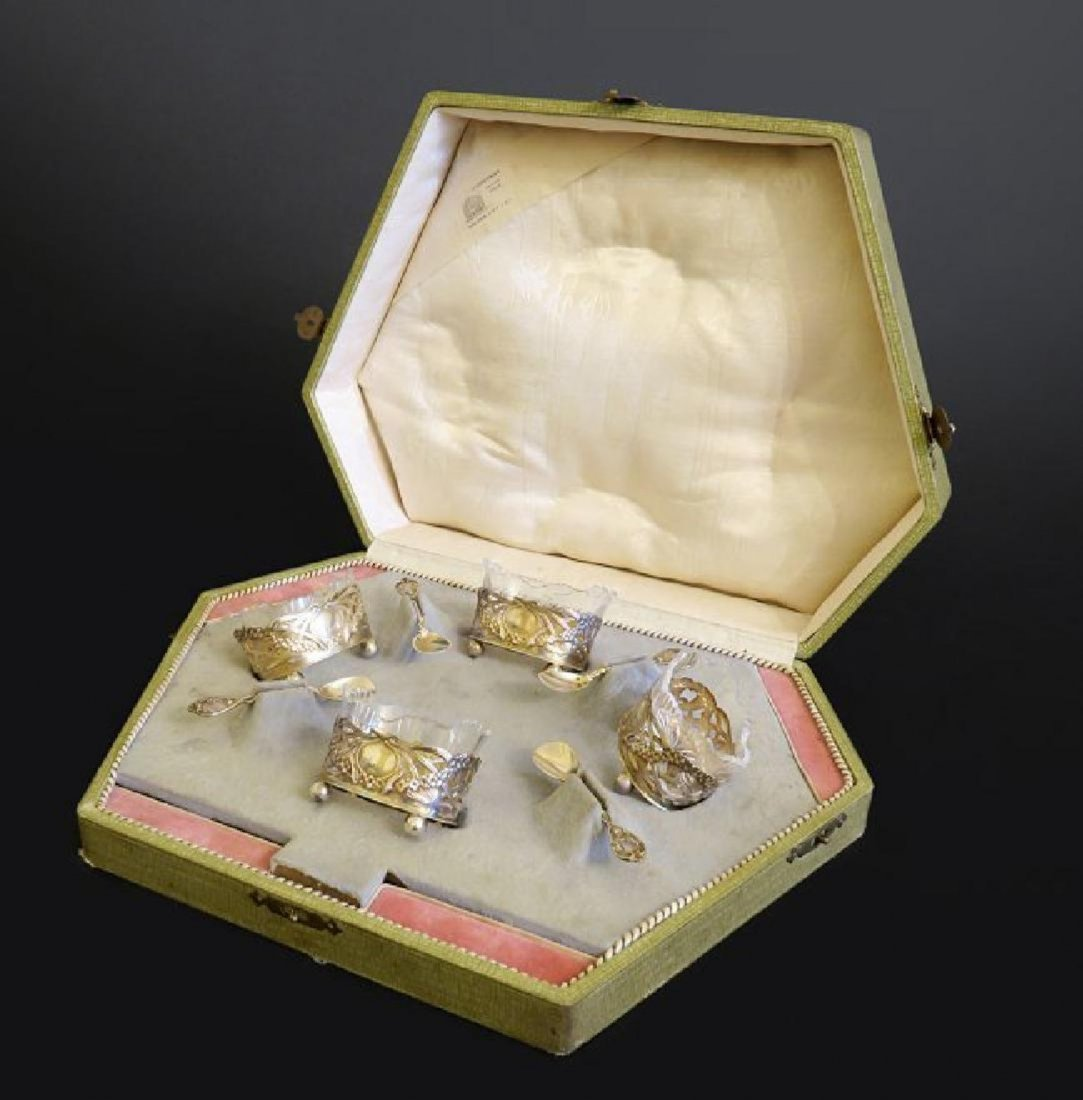 A Cased Of Four Silver Salt&pepper Bowls with Spoons